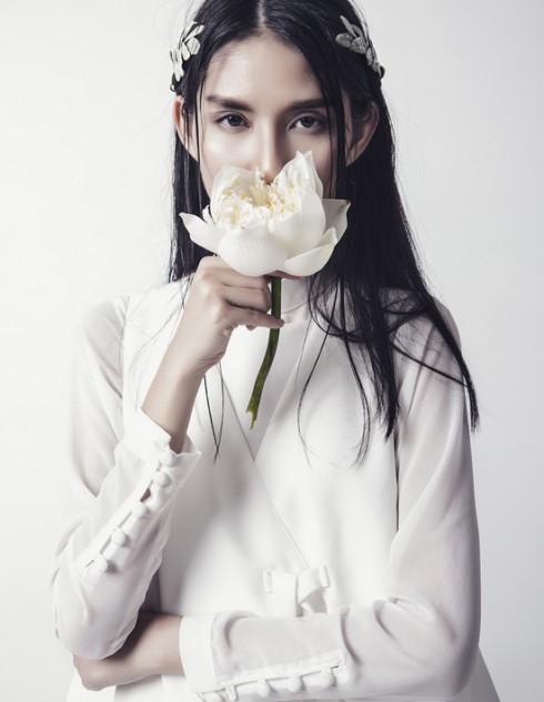 Bên cạnh gam màu tối giản của bộ trang phục, cách trang điểm trong suốt của Thùy Dương đã đem lại điểm cộng cho cô nàng.