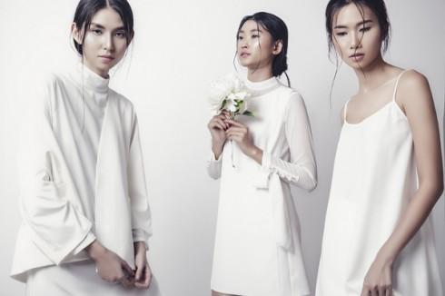 Bộ ba mĩ nhân trong trang phục trắng mong manh nhưng lại toát lên một vẻ kiêu kỳ của đóa hoa mùa Đông.