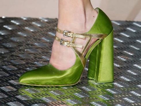 Xu hướng thời trang mới: Giày nữ đế loe 1
