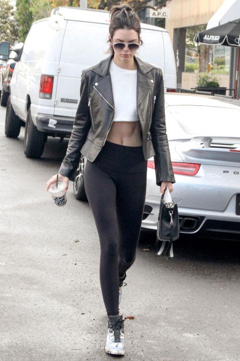 Áo khoác da đen khỏe khoắn cùng đôi giày chuyên tập Pilates của Kendall.