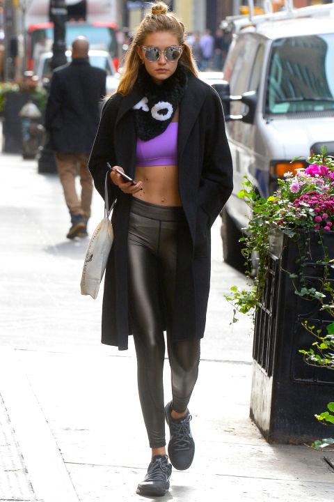 Gigi mặc một chiếc áo ngực màu nho với quần leggings sành điệu.