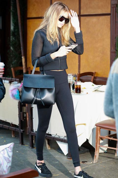 GiGi đã trung thành với màu đen và không lẫn vào đâu được đôi giày Puma sành điệu.