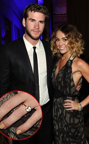 Hình ảnh cô đeo chiếc nhẫn đá Topaz đã dấy lên tin đồn cô đính hôn