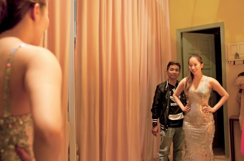 ELLE bắt gặp khoảnh khắc cô đứng ngắm mình trước gương khi chuẩn bị trang phục cho một sự kiện, niềm hạnh phúc như đang tỏa sáng.