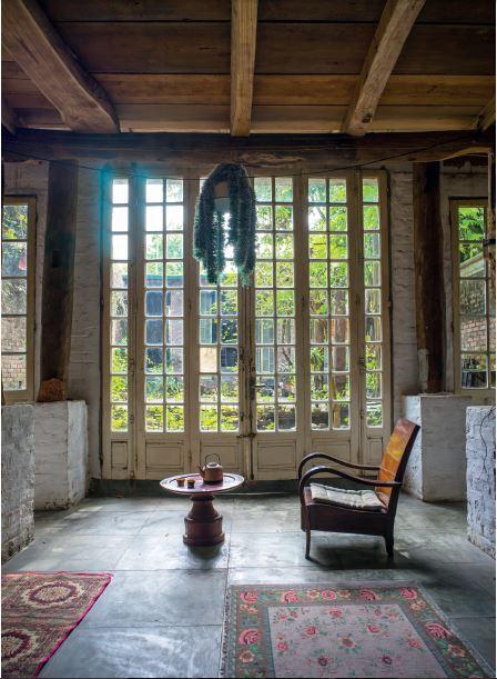 Nhà sàn dân tộc được nâng cao, bàn ghế và thảm đơn chiếc gợi nhớ không gian quý tộc, lâu đài Trung cổ.