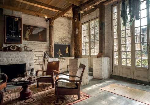 Cá tính của chủ nhân thể hiện qua những thay đổi về cách bày biện phòng khách, kết hợp với tranh của chủ nhà, và các nhạc cụ từ dương cầm đến đàn đáy, đàn nguyệt ở vài nơi trong một căn nhà sàn mộc mạc.