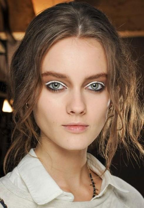 Kẻ eyeliner mắt trắng