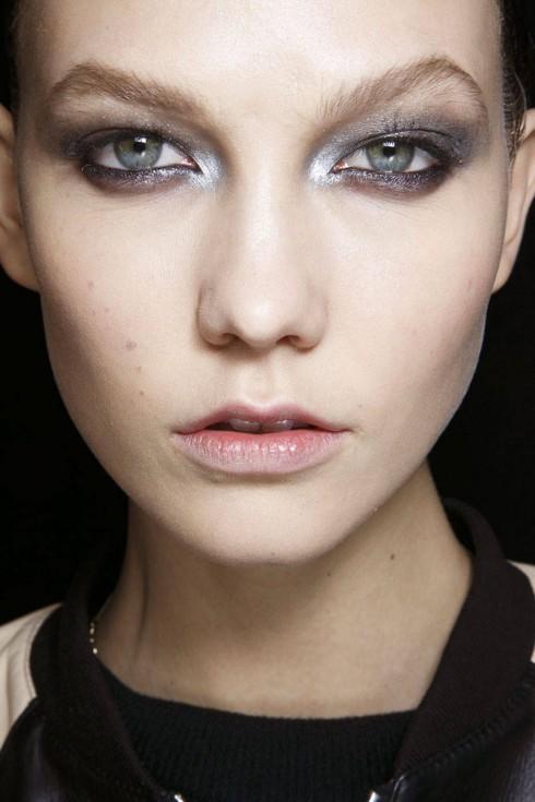 Kẻ eyeliner kiểu metallic