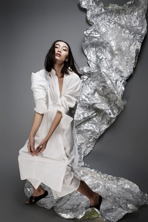 Trang phục thiết kế mang gam màu tối giản, phóng khoáng.