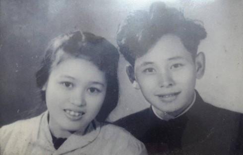 Hình ngày xưa của họa sĩ Phan Thị Hà và Hồ Quảng.