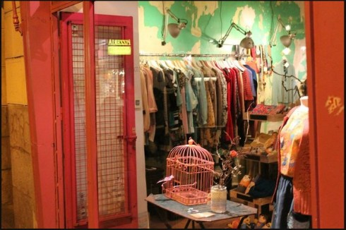 Các cửa hàng thời trang nhỏ cũng là một nơi tiềm năng để bạn có thể mua được những trang phục hợp thời với mức giá vừa túi tiền.