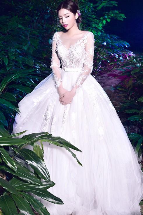 Váy ren bồng bềnh, lãng mạn là gợi ý hoàn hảo cho cô dâu yêu thích vẻ đẹp nữ tính, sang trọng.