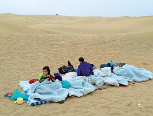 Địa điểm nghỉ ngơi, ăn uống ngay trên sa mạc, món ăn có thêm vị cát nhưng vẫn đầy niềm vui