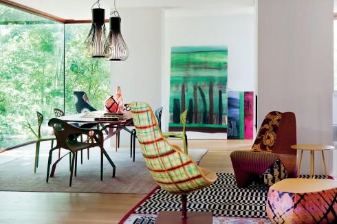 Ngôi nhà không chỉ là một không gian riêng tư mà còn là một nơi làm việc sáng tạo, nơi ta có thể có các cuộc họp với khách hàng, là cầu nối giữa một trung tâm trưng bày và phòng hội nghị nhưng trong một môi trường gia đình.