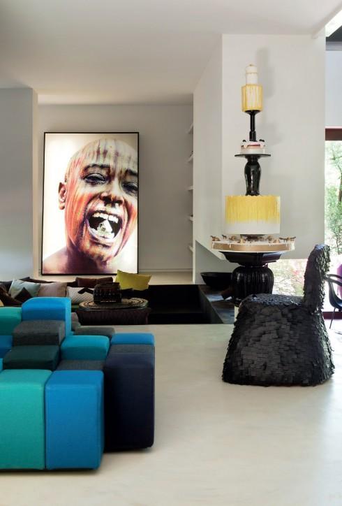 Trong nhà cũng có những góc được tiết chế sắc màu, những món nội thất thủ công không quá trau chuốt nói lên tinh thần phóng khoáng và cổ vũ cho tính nghệ sĩ của nữ chủ nhân.