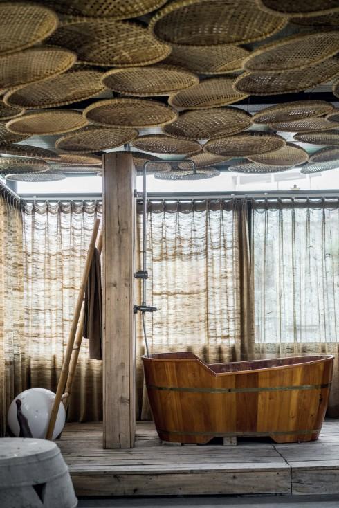 Những chiếc mẹt tre truyền thống không chỉ tạo nên một không gian thiết kế nội thất độc đáo, mà còn là bức màn chắn nóng, tản sáng từ vật liệu tự nhiên, tính công năng được kết hợp hài hòa với tính thẩm mỹ.