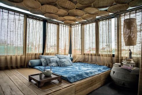 Để góp phần khắc phục nhược điểm thừa sáng của ngôi nhà, kiến trúc sư sử dụng mành vải, mẹt tre để vừa tạo ra cảm giác êm dịu, gần gũi với tự nhiên, vừa chống nóng.