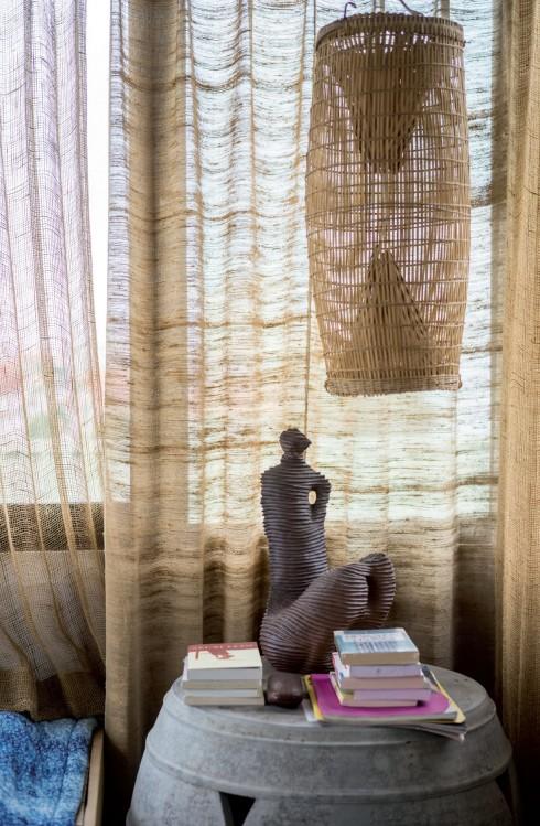 Sự hài hòa của góc bàn cạnh giường không chỉ đến từ màu sắc mà còn đến từ gốc tích của từng món đồ và chất liệu chúng được tạo ra, rất tự nhiên, mộc mạc.