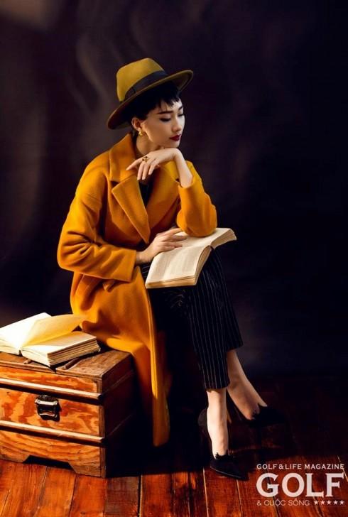 Chiếc áo khoác dài màu vàng nghệ đặc trưng của MAX&Co. giúp hoa hậu Thu Thảo ghi điểm tuyệt đối với phong thái cổ điển và trang trọng.