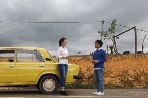Giản dị trong trang phục trẻ trung và năng động, Angela Phương Trinh mang đến một cảm giác thân thiện khác lạ khi xuất hiện bên cạnh chiếc taxi màu vàng đáng yêu