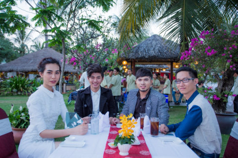 Người mẫu Thanh Tuyền NTK Nguyễn Minh Công, NTK Phan Anh Tuấn dùng tiệc nhẹ trước khi lên thuyền