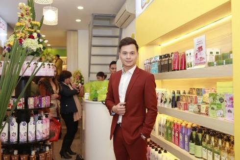 Không chỉ phong phú các sản phẩm cho nữ giới, Myphamgiadinh.vn cũng thu hút chàng MC, diễn viên điển trai Danh Tùng bởi hàng trăm món đồ mỹ phẩm dành cho nam.