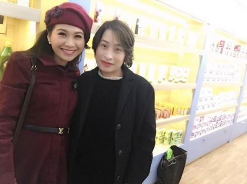 MC xinh đẹp Mỹ Lan bên cạnh nữ doanh nhân Kim  Dung - Chủ nhân của hệ thống Myphamgiadinh.vn