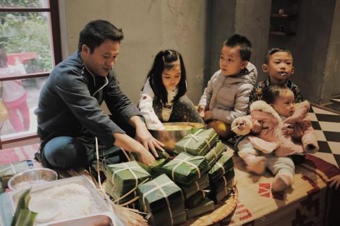 Trẻ con háo hức đón Tết bên mâm bánh chưng xanh truyền thống.