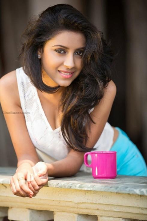 Pratyusha sở hữu vẻ đẹp mặn mà cùng làn da nâu rắn khỏe.