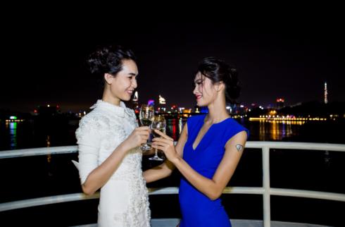Người mẫu Thanh Tuyền và Nguyễn Oanh thân mật trò chuyện tại đêm tiệc của Fashion TV