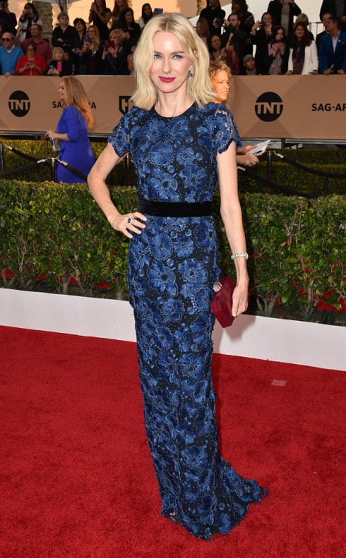 sao-mac-dep-tham-do-sag-awards-naomi-watts-burberry
