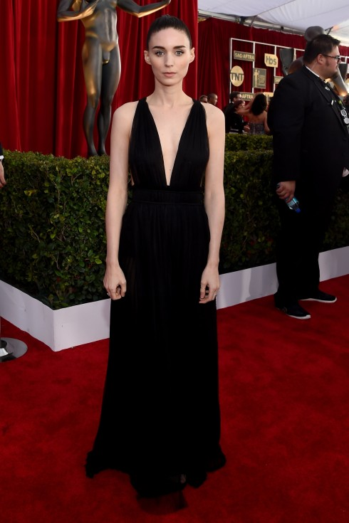sao-mac-dep-tham-do-sag-awards-rooney-mara-valentino