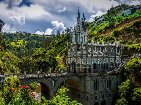 Cây cầu dẫn tới nhà thờ Las Lajas ở Columbia