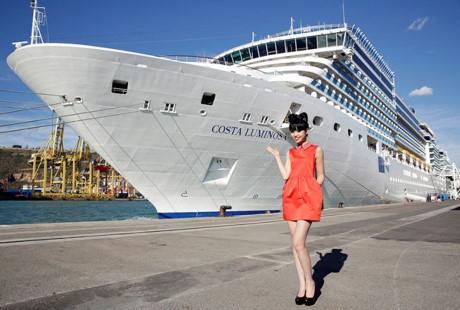 Jessica Minh Anh biến tàu khổng lồ thành sàn diễn ngoài trời 01 ELLE VN