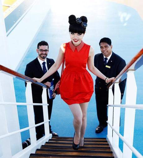 Jessica Minh Anh biến tàu khổng lồ thành sàn diễn ngoài trời 02 ELLE VN