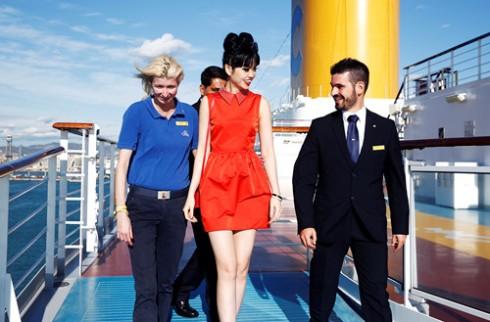 Jessica Minh Anh biến tàu khổng lồ thành sàn diễn ngoài trời 03 ELLE VN