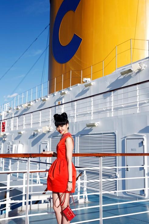 Jessica Minh Anh biến tàu khổng lồ thành sàn diễn ngoài trời 06 ELLE VN