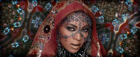 Những năm gần đây, việc hình ảnh văn hóa Ấn Độ được sử dụng trong các MV của các ca sĩ Mỹ đã nhiều lần gây tranh cãi.