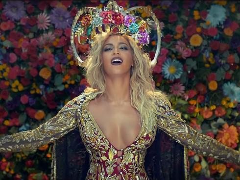 Beyoncé bị chỉ trích vì hóa thân phụ nữ Ấn nhưng trang phục không kín đáo.