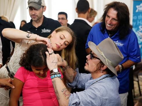 Vào tháng 9/2015, Johnny Depp cùng Amber Heard đến thăm Rio de Janeiro, Brazil để phát máy trợ thính cùng Qũy Trợ Thính Starkey.