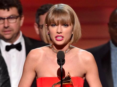 """Taylor Swift phát biểu nhận giải """"Album của năm"""" tại lễ Grammy diễn ra vào sáng ngày 16/2"""
