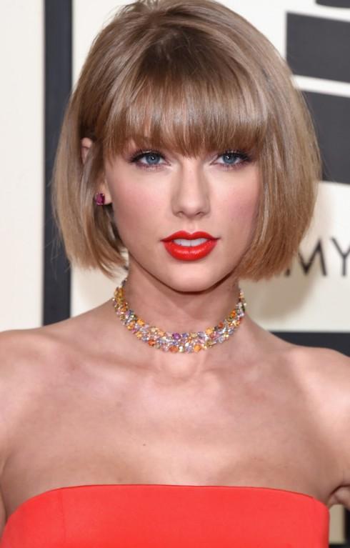 Taylor xuất hiện với mái tóc bob khác lạ tại thảm đỏ Grammy