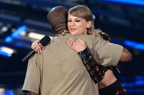Taylor Swift và Kanye West tưởng chừng đã hòa giải ở VMAs 2015