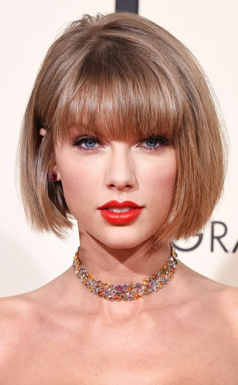 """Cô ca sĩ của bài """"Bad Blood"""" đã có gương mặt rạng rỡ với đôi môi được son màu cam đỏ đậm, hợp với chiếc top cô mặt tại giải Grammy."""