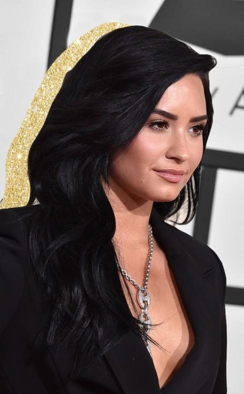 Tỏa sáng như chính cái tên của Demi trong làn âm nhạc, da cô được trang điểm rực rỡ, tôn lên vẻ đẹp thân hình nóng bỏng.