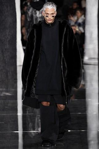Trong bộ sưu tập của Fenty Puma, những chiếc áo lông giả (faux fur) được thiết kế rộng rãi, phóng khoáng, phù hợp với cả nam và nữ.