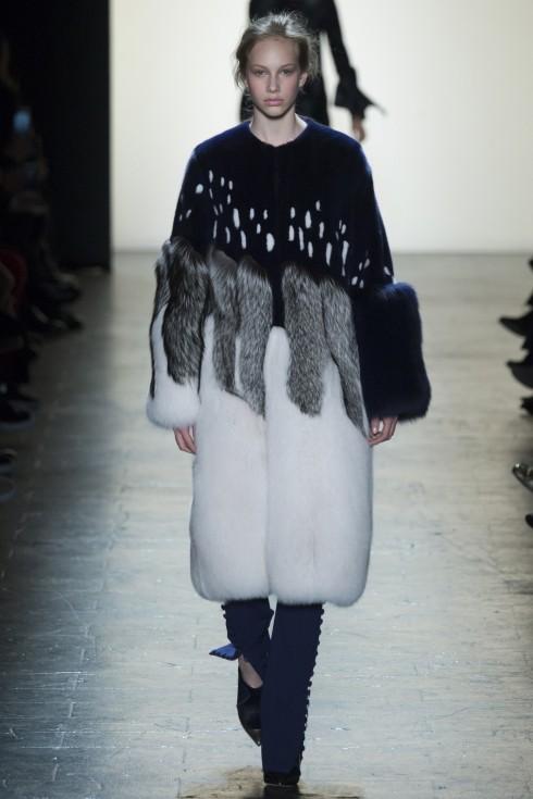 Chiếc áo khoác lông thú (thật) phối một cách khéo léo và tinh tế