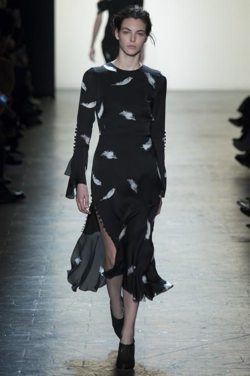Mẫu váy midi đơn giản nhưng tinh tinh tế với những chi tiết khuy dọc cổ tay áo và chân váy