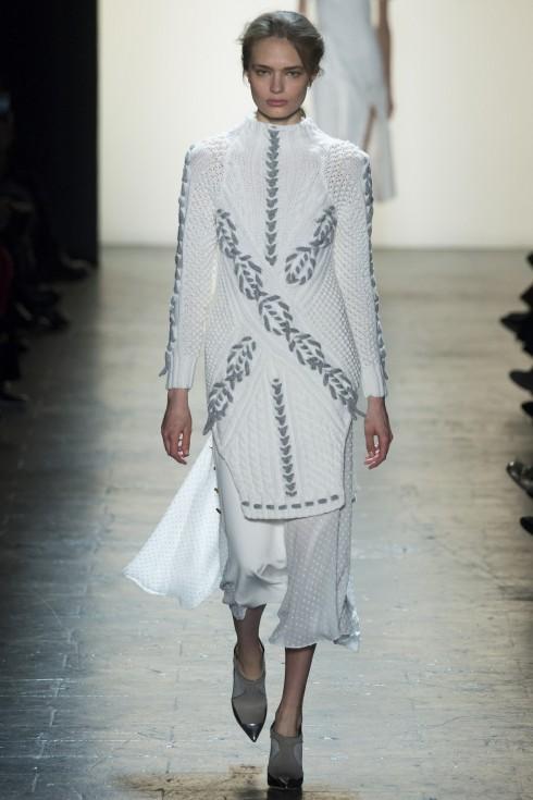 Mẫu áo váy len trắng được móc sợi trên nền hoa văn arran