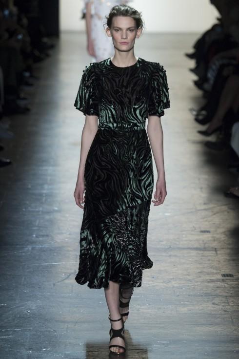 Bên cạnh những mẫu thiết kế sử dụng lông thú, da hay len, Prabal Gurung cũng đưa tới trào lưu Astrakhan với mẫu váy xanh rêu sang trọng